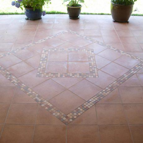 verfliester Fußboden mit Mosaikmuster
