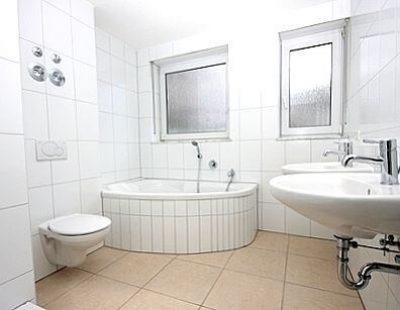 saniertes Komplettbad in Weiß
