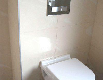 sanierte WC - helle Fliesen